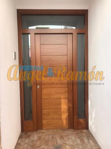 Puerta-moderna-iroko-fijo,montante,laterales-pino-rayada-amedida-barata-oferta-exterior-calle-porton-rayada-vanguardista-diseño