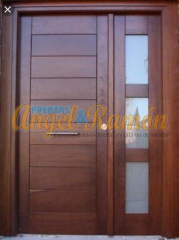 Puerta-moderna-iroko-laterales-rejas-pino-calle-exterior-rayada-amedida-oferta-barara-porton