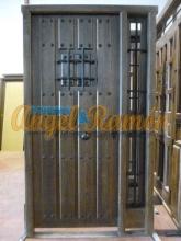 parte exterior de una puerta de madera de estilo rústico