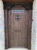 puerta de calle rústica con ventanuco y forja