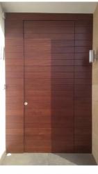 Puerta-moderna-iroko-laterales-calle-exterior-a medida-barata-enrasada-rayada-oferta-barata-pino-seguridad
